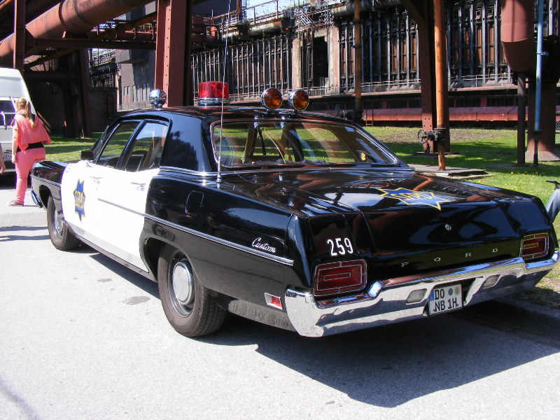 ford-custom-police-car-1970-10